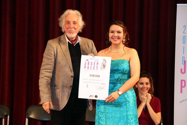 El tenor Raúl Giménez lliura el Premi Associació d'Amics de l'Òpera de Sarrià a Jenny Andrea Orjuela