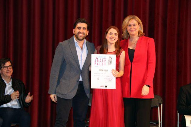 La presidenta de la Fundació Victoria de los Ángeles Helena Mora (dreta) i el coordinador artístic Marc Busquets lliuren el premi Victoria de los Ángeles a Sara López
