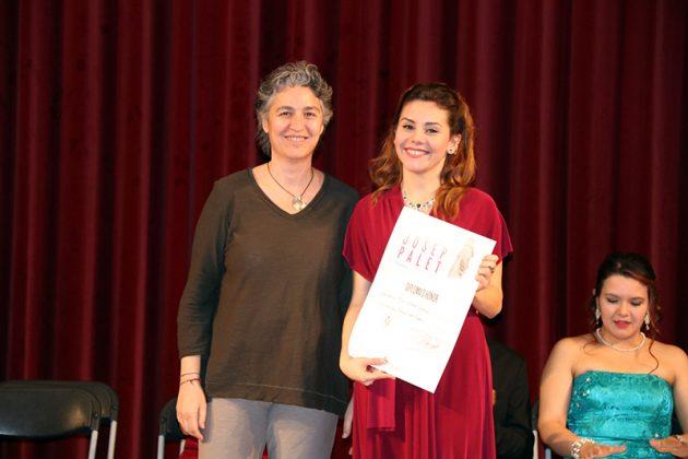Mar Esteve rep de Premi del públic de la mà de Carmen Valero, del comitè organitzador