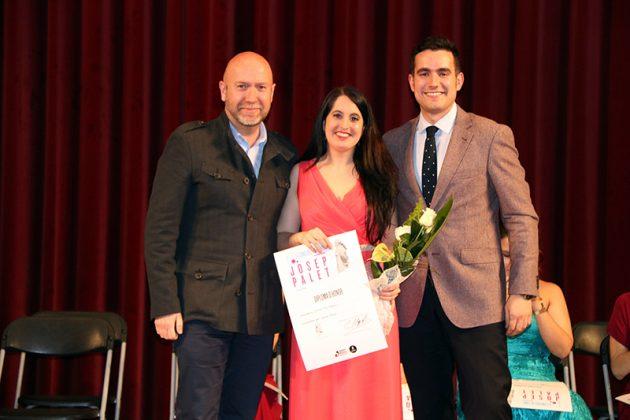 El regidor Sergi Corral i el president de les Joventuts Musicals de Martorell Aleix Palau lliuren el tercer Premi del 2n Concurs de Cant Josep Palet a Irene Mas