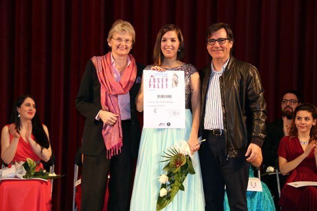 Paula Sánchez-Valverde rep el primer premi del Concurs Palet de la mà de la directora artística del Gran Teatre del Liceu Christina Scheppelmann i l'alcalde Xavier Fonollosa