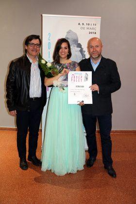 L'alcalde Xavier Fonollosa i el regidor Sergi Corral, amb la guanyadora del certamen, Paula Sánchez-Valverde. 2n Concurs de Cant Josep Palet