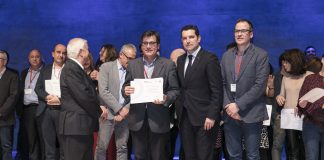 Xavier Fonollosa i Albert Fernández reben el premi de mans del president de la FMC, Xavier Amor