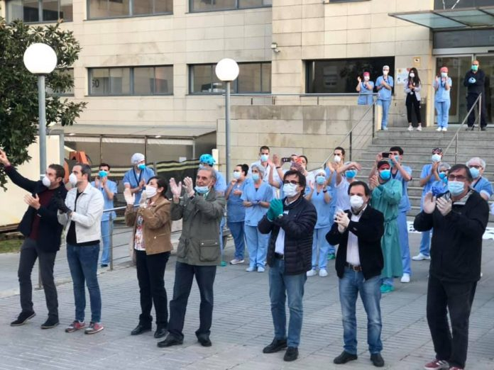 Els alcaldes del Baix Llobregat Nord reten homenatge al personal sanitari